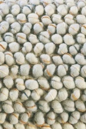 Vloerkleed Cobble 29201 van Brink & Campman is een exclusief handgeweven karpet met een eigenzinnig effen design. Het vloerkleed is samengesteld uit scheerwol en is uitgevoerd in de kleur beige. Het kleed heeft een afmeting van 140 x 200 cm.