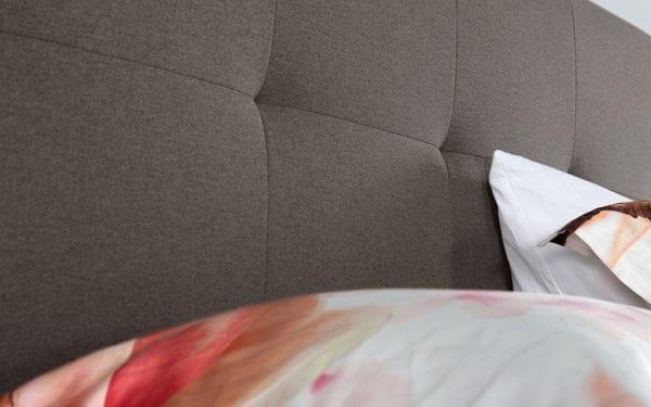 Caresse 9750 vlak boxspring bed Geniet optimaal van het heerlijk comfort en het tijdloze uiterlijk van de Caresse boxspring 9750. - Löwik Wonen & Slapen