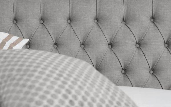 Caresse 9850 vlak boxspring bed Een klassieke slaapbeleving die past bij jouw persoonlijke stijl ervaar je met de Caresse boxspring 9850. - Löwik Wonen & Slapen