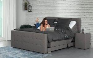 Caresse 4810 elektrisch boxspring bed Luxueus slapen als echte royalty met de elektrisch verstelbare Caresse boxspring 4810 - Löwik Wonen & Slapen