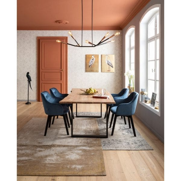Kare Design Armstoel Black Lady Velvet Blue 83409 Is een gestoffeerde stoel als deze niet primair een teken van gastvrijheid? Dit geldt vooral voor de Lady Velvet Stitch: met zijn glinsterende hoes, zachte bekleding en de donkere, gebeitste poten van massief beukenhout, is hij zowel uitnodigend als comfortabel. Komt ook op zichzelf als een op zichzelf staand stuk. De stoelen in de Lady-serie zijn verkrijgbaar in verschillende uitvoeringen. - Lowik Meubelen