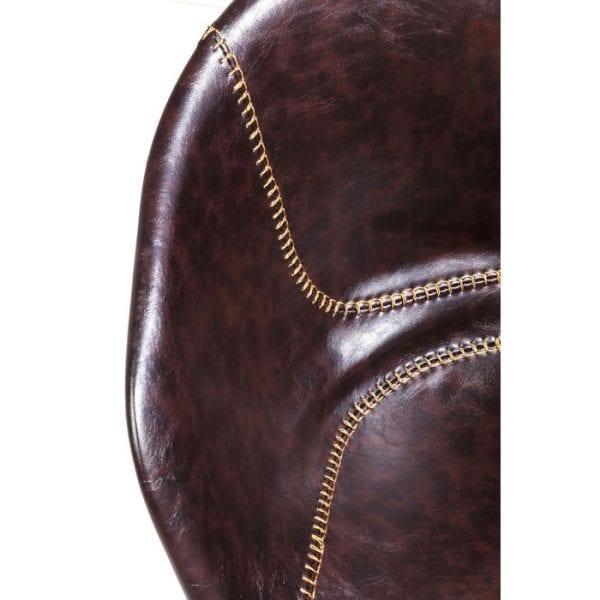 Kare Design Armstoel Lounge Brown 82227 Deze stoel betovert met zijn ongedwongen en onmiskenbare uiterlijk. Het heeft een lederen bekleding in donkerbruin geaccentueerd met opvallende decoratieve naden. De zitschaal is licht gestoffeerd en biedt aangenaam comfort. Andere versies beschikbaar. - Lowik Meubelen