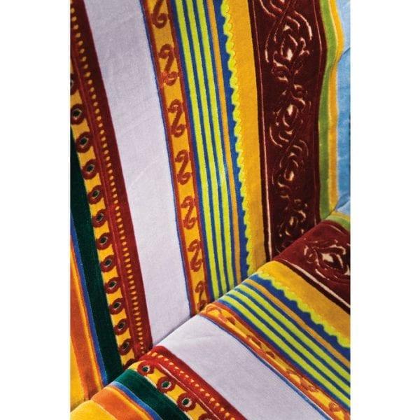 Kare Design Armstoel Zeer Brits 76016 Een klassieker met nieuwe styling - De zoektocht naar ongewone en extreem robuuste stoffen voor krukken en gestoffeerde stoelen bracht ons naar Vlaanderen. Hier vonden we wat we zochten: wevers die nog steeds de vaardigheden en knowhow van de traditionele weefmethoden in België behouden. Naast klassieke weeftechnieken volgden we Britse tradities in onze keuze van kleuren en patronen. Het resultaat was een bestseller die, net als alle modellen in de Very British-serie, een echte KARE-klassieker is. Deze stoel met armleuningen is een prachtige eyecatcher, die elke dag nieuwe vreugde zal geven. Het gedetailleerde weefsel in de beste Belgische traditie, de stof met zijn hoge pool en 10 verschillende ornamenten zijn echte hoogtepunten. De basis is van massief beukenhout, gekleurd en zwart geverfd. De stoel is bekleed met een zachte, onderhoudsvriendelijke stof gemaakt van microvezel (67% mirhon, 33% viscose). Deze eetkamerstoel biedt u flexibiliteit, omdat deze ideaal is om te combineren met verschillende meubelstijlen en andere meubelstukken. Ontwerp: Pete Polar. - Lowik Meubelen