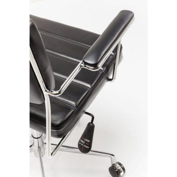 Kare Design Bureaustoel Dottore Black 82891 Stoel: kantoor chic. Deze moderne bureaustoel maakt indruk met zijn elegante en filigrane ontwerp. Het verminderde, tijdloze uiterlijk belichaamt purisme met hoge ontwerpstandaarden. Fijne details zoals de decoratieve naden op de bekleding en het lichtvoetige, verchroomde frame versterken deze draaistoel verder. Dottore is perfect voor het moderne kantoor aan huis. Het kan worden geroteerd en in hoogte worden aangepast. Ook verkrijgbaar als gestoffeerde stoel en in andere uitvoeringen en kleuren. - Lowik Meubelen