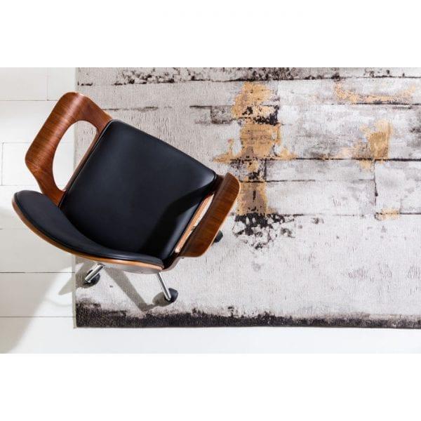 Kare Design Bureaustoel Patron Walnoot 79696 Stoel: de walnoottoets - De kant-en-klare Burron Walnut bureaustoel zou een typische vertegenwoordiger in zijn soort kunnen zijn als het niet om een ander element zou gaan dat metaforisch de ontwerpvleugels geeft. De armleuningen zijn gemaakt van fijn walnoot en vormen een aanvulling op de bekleding van kunstleer en het zilveren metalen frame. De combinatie van deze materialen creëert een atmosfeer waarin klassieke componenten nieuw leven worden ingeblazen en een volledig nieuw concept van moderniteit wordt gecreëerd. Het betekent dat houten meubilair terug kan gaan naar het kantoor en de kwaliteit terug kan brengen naar functionele meubels. - Lowik Meubelen