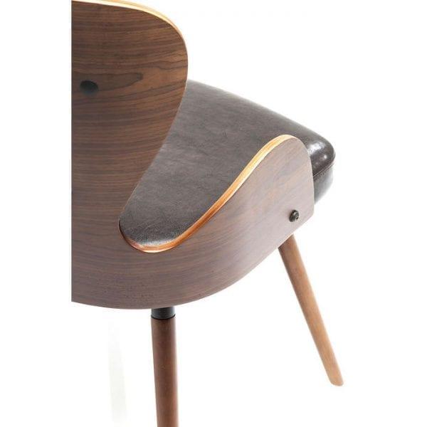 Kare Design Eetstoel East Side Wood 79232 Zitprestaties -De East Side Wood-stoel maakt indruk met zijn fascinerende, retro geïnspireerde silhouet. Het onconventionele ontwerp en de opvallende details in combinatie met een harmonieus kleurenschema maken het iets bijzonders. Slanke en mooi gevormde benen leiden onze ogen omhoog naar de contrasterende zitting en rugleuning, samen met de dynamische armleuningen en openingen in de rugleuning. De zitting, rugleuning en armleuningen bestaan uit gegoten multiplex en vloeien in elkaar over. De rugleuning en zitting zijn licht gestoffeerd en worden geleverd met een bruine hoes. Het resultaat is een stoel die er vanuit elke hoek goed uitziet en naadloos past in elk modebewust meubilair. Ook verkrijgbaar in zwart en wit. - Lowik Meubelen