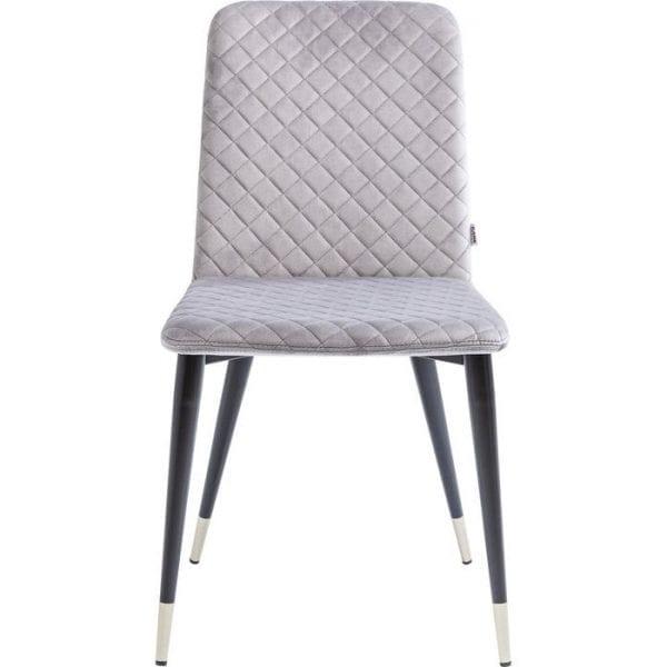 Kare Design Eetstoel Montmartre grijs 82105 Design de luxe. Deze stijlvolle stoel maakt indruk met discrete glamour en elegante details. Uitgebreid diamantquilten siert de zitting en de rugleuning. Een lichte bekleding en de zachte fluwelen hoes zorgen voor een fijne zitervaring. Aantframekelijke metalen patronen op de poten maken het luxueuze uiterlijk compleet. Deze gestoffeerde stoel is gemaakt voor gezellige gespframeken tijdens het diner en daarna, en het maakt elke tafel stijlvol. Ook beschikbaar in andere versies. - Lowik Meubelen