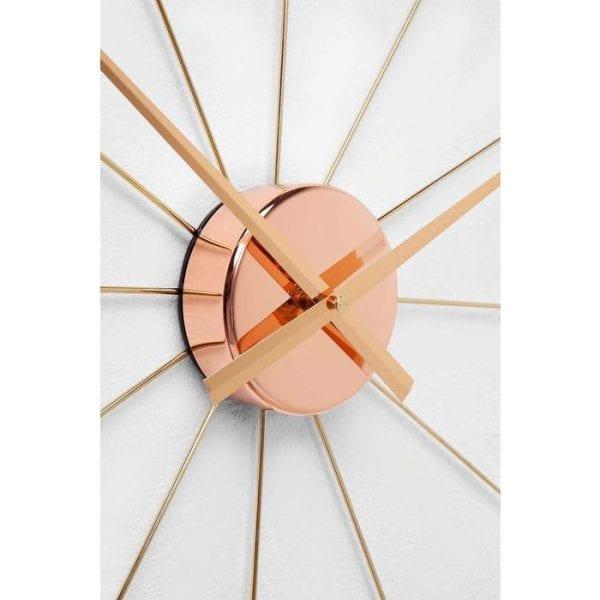 Wandklok Like Umbrella Rose Gold 39279 Deze decoratieve wandklok in roodachtig gouden look doet denken aan een paraplu die zijn ribben ver van het midden uitstrekt. Alleen de drie, de zes, de negen en de twaalf worden in cijfers weergegeven. Andere kleuren beschikbaar. Kare Design