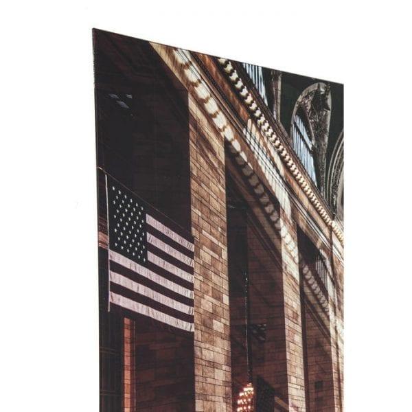 Schilderij Glas Grand Central Station 120x160cm 37293 Foto: overweldigend op elke muur. Deze glazen foto biedt uitzicht op de circa 40 meter hoge stationshal van de Grand Central Terminal in New York. Leven en beweging worden onderstreept door het visueel vervormde perspectief, contrasten en details, waardoor deze foto zijn diepte en individuele charme krijgt. Het frameloze formaat en het glas maken het motief nog expressiever. Bijna 100 miljoen passagiers stappen elk jaar in op een van de 44 platforms. 22 miljoen komen als toeristen, meer bezoekers dan de Grote Muur van China. Het gigantische treinstation beslaat een oppervlakte van 19 hectare, drie keer zoveel als Ground Zero. En natuurlijk is er de imposante lobby, waarvan de 40 meter hoge koepel is versierd met precies 2599 sterren waarvan er 60 zijn verlicht. Grand Central Terminal is meer dan 100 jaar oud en nog altijd het grootste station ter wereld. Kare Design