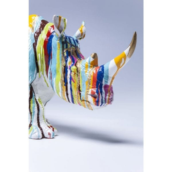 Deco beeldje Rhino Colore 26cm 37348 Deco figuur: kleurenclash. Deze neushoorn lijkt gevangen te zijn in een kleurendouche. Nu is het een opvallende blikvanger, omdat het een wervelwind aan kleuren toevoegt aan elk interieur, waarbij een hele regenboog van achteren over het hele object loopt, waardoor een aantrekkelijke mix van klassieke dierenbeelden en kleuren ontstaat. Een sierlijk wezen en een echt design hoogtepunt dat de ruimte zal verbeteren. Kare Design