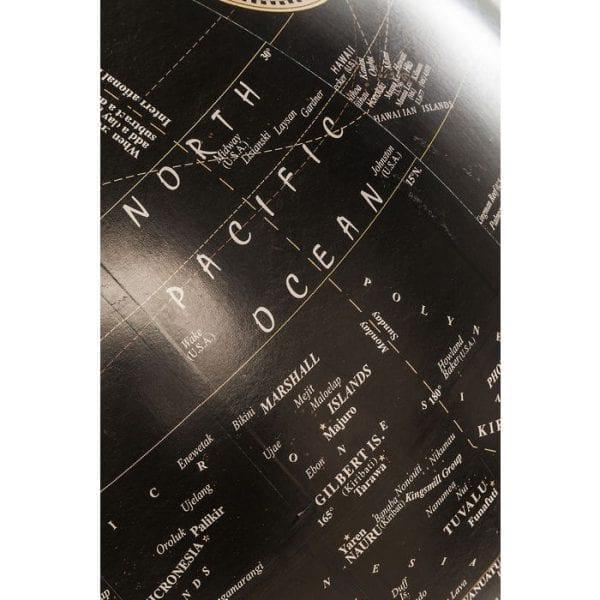 Deco Globe Earth Black 63001 Globe: globetrotter. Als je een van die mensen bent die van reizen houdt, maar deze te weinig in de praktijk kan brengen, dan is deze wereld precies goed! Het helpt je dromen en plannen en is ook een elegant decoratief object. Een charmante herinnering in een elegant ontwerp. Het mangohouten frame geeft het een zeer stijlvolle uitstraling. Ook beschikbaar in andere versies. Kare Design