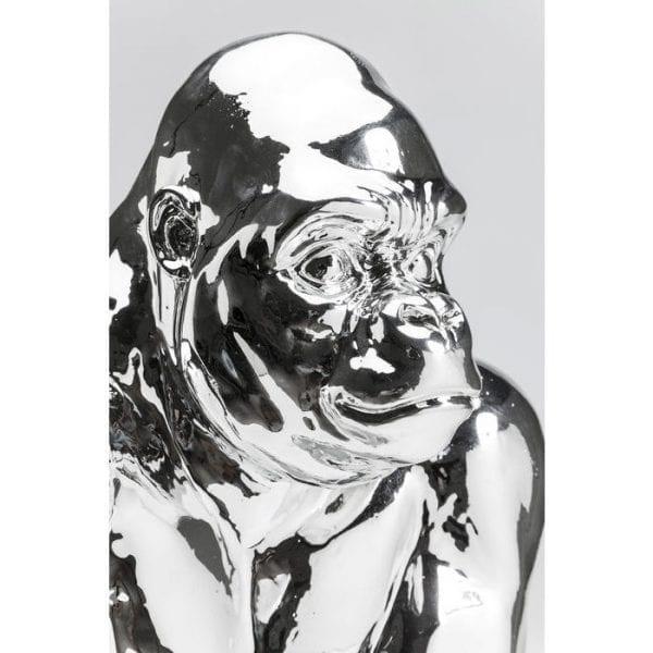 Deco Object Gorilla Chrome 38554 Gorilla in chroom. Dankzij het glanzende oppervlak doet de silverback zijn naam eer aan. Deze decoratieve figuur is een echt hoogtepunt als decoratie en voegt een modern tintje toe. Materiaal: polyresin. Kare Design