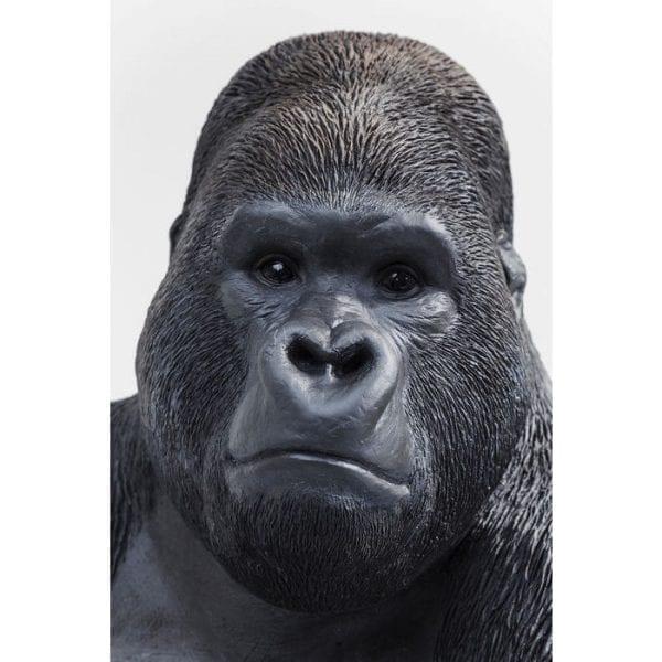 Deco beeldje Monkey Gorilla Side XL 39378 Een primaat in XL. De vredige gorilla lijkt verbazingwekkend echt en staat verbluffend gelijk aan zijn rolmodel. Het mist niets in de omgeving met zijn toeziend oog. Dit ongewone decoratieve artikel maakt indruk met zijn individualiteit. Kare Design