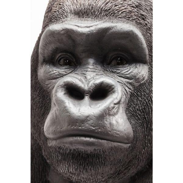 Deco beeldje Monkey Gorilla voorzijde XXL 60449 Een primaat in XXL. De vredige gorilla lijkt verbazingwekkend echt en staat verbluffend gelijk aan zijn rolmodel. Het mist niets in de omgeving met zijn toeziend oog. Dit ongewone decoratieve artikel maakt indruk met zijn individualiteit. Kare Design