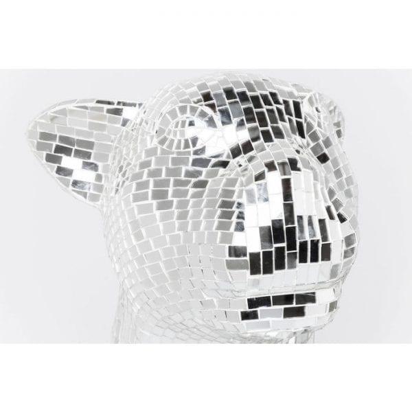 Deco Object Mosaic Welcome Panther Right XL 39253 Glamoureuze decoratieve figuur in pantervorm. Dankzij de uitgebreide mozaitechniek schittert deze elegante panter vanuit elk perspectief. Het hoogglanzende oppervlak maakt het soepele vierpotige beest een echte blikvanger in elke omgeving. Onze ontwerpers hebben het moment vastgelegd en dit elegante, nobele stilleven gecreëerd. Een absoluut hoogtepunt! Ook beschikbaar in andere versies. Kare Design
