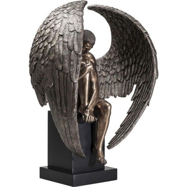 Deco Object Nude Sad Angel Big 38232 Deco-figuur: hemels. Het engelenbeeld lijkt sierlijk en zeer elegant in brons. De vleugels van de engel vormen bijna een cirkel rond de naakte mannelijke figuur. Decoratie als een statement. Kare Design