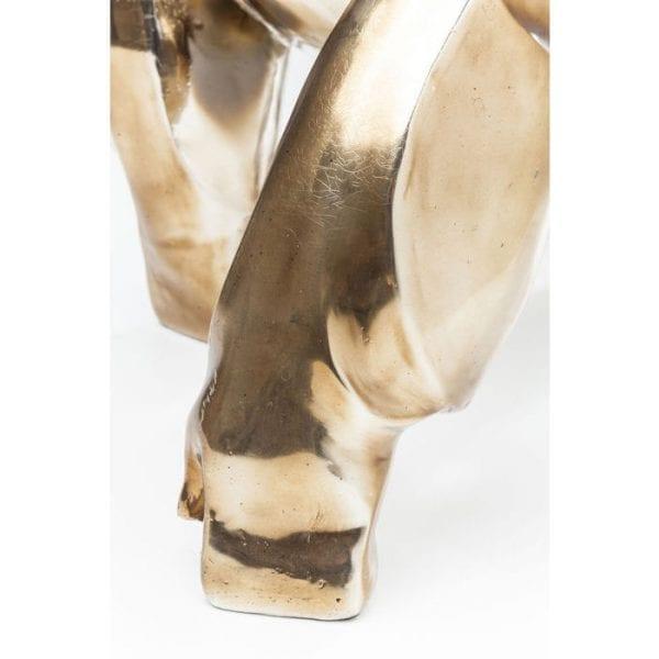 Deco Object Proud Gorilla 38564 Trotse primaat. Deze decoratieve figuur is imposant en mannelijk, met alle ultieme glamour die een gouden afwerking kan bieden. De opvallend vormgegeven gorilla is perfect voor moderne interieurs met stijl. Materiaal: polyresin. Kare Design