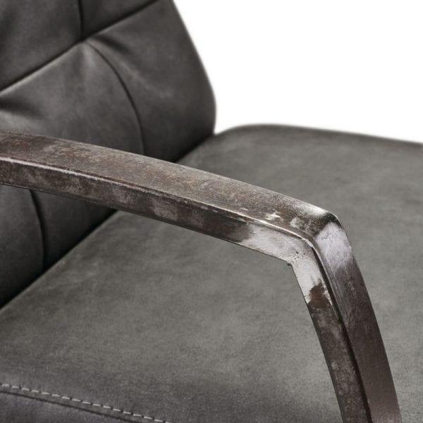Fauteuil Metal bull antraciet uit de fauteuils Pronto Wonen Lowik Meubelen Uitgevoerd in microleder bull 67-antraciet met vintage armen en carré in de rug.