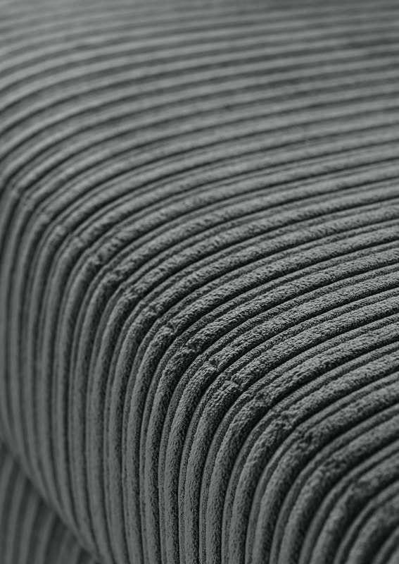 Hoekbank Monsego charcoal uit de bankstellen Pronto Wonen Lowik Meubelen 2,5 zits arm links + hoek met eiland rechts uitgevoerd in stof Jumbo 51-charcoal met zwarte houten poten type FLV-5 (hoogte 5 cm).