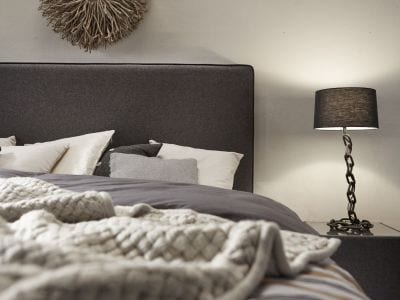 Boxspring Classico.  Een klassiek  bed in een modern jasje. Gemaakt om de kroon te zijn op elke slaapkamer. De combinatie van uw favoriete stof en een super strak en recht hoofdbord geeft dit bed een heel eigen look: een warme uitstraling maar toch een trendy keuze dankzij het gekleurde biesje - in elke contrastkleur en elk materiaal verkrijgbaar. Te combineren met een voetbord, om het geheel compleet te maken. - Serta boxsprings & matrassen - Löwik Wonen & Slapen