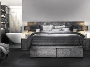 Boxspring Lounge XL.  De Lounge XL heeft een breder en iets hoger hoofdbord dan de Lounge. Daarom is gekozen voor een horizontale vlakverdeling in drie segmenten, wat de strakke belijning enigszins doorbreekt. Het rustgevende design en de fantastische afwerking dragen bij aan een slaapkamer die helemaal af is. - Serta boxsprings & matrassen - Löwik Wonen & Slapen