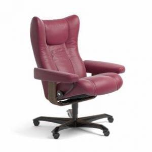 Stressless Wing relaxfauteuil - leder Paloma beet red - maatvoering M - Bureaustoel met wieltjes - Lowik Wonen & Slapen fauteuil collectie