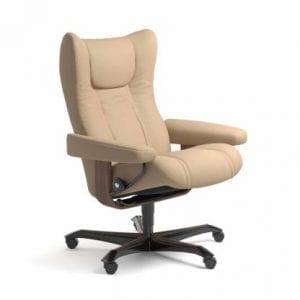 Stressless Wing relaxfauteuil - leder Paloma beige - maatvoering M - Bureaustoel met wieltjes - Lowik Wonen & Slapen fauteuil collectie