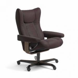 Stressless Wing relaxfauteuil - leder Paloma chocolate - maatvoering M - Bureaustoel met wieltjes - Lowik Wonen & Slapen fauteuil collectie
