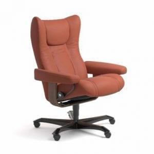Stressless Wing relaxfauteuil - leder Paloma henna - maatvoering M - Bureaustoel met wieltjes - Lowik Wonen & Slapen fauteuil collectie