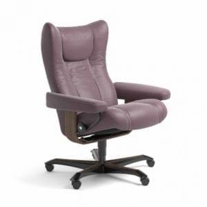 Stressless Wing relaxfauteuil - leder Paloma purple plum - maatvoering M - Bureaustoel met wieltjes - Lowik Wonen & Slapen fauteuil collectie