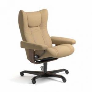 Stressless Wing relaxfauteuil - leder Paloma sand - maatvoering M - Bureaustoel met wieltjes - Lowik Wonen & Slapen fauteuil collectie
