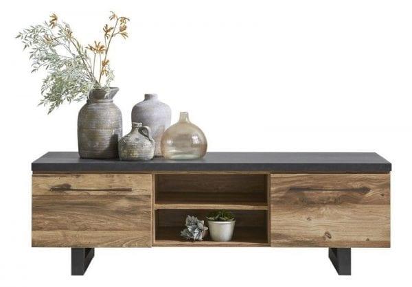 TV-meubel Castano dezor eiken zwart uit de woonprogramma Pronto Wonen Lowik Meubelen Uitgevoerd in de kleur plank eiken decor met zwart staal decor, met 1 deur, 1 lade en 2 open vakken.